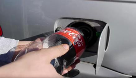"""ماذا سيحدث إن وضعت الـ""""كوكا كولا"""" بخزان وقود السيارة؟"""