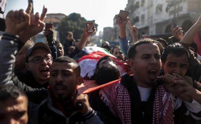 الجماهير الفلسطينية تشيع جثامين الشهداء الأربعة الى مثواهم الاخير