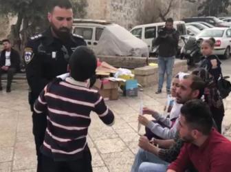 بالفيديو.. ضابط شرطة إسرائيلي ينتزع كوفية من طفل فلسطيني بمدينة القدس