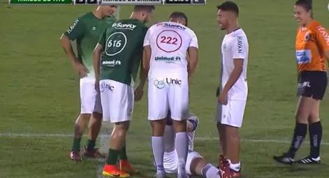بالفيديو.. لاعب كرة قدم يضع الحكم في موقف محرج