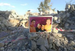 طواقم الدفاع المدني تواصل عمليات البحث تحت أنقاض بيت الشهيد نصر جرار في واد برقين