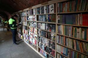 عمال نظافة أتراك ينشئون مكتبة من كتب رماها أصحابها