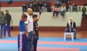 شاهد  كويتي يعتدي على طفل مصري هزم ابنه في مباراة كاراتيه