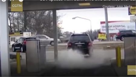 بالفيديو.. سائق يفقد السيطرة على سيارته ويصطدم بأخرى في حادث عنيف