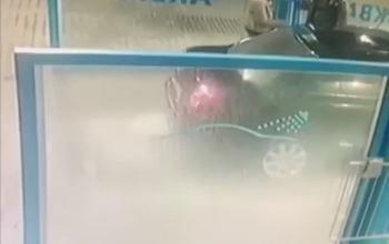 بالفيديو.. رجل يغسل امرأة غاضبة بمياه باردة في مغسل للسيارات
