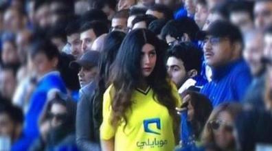 السعودية: الشرطة تطارد فتاة في ملعب كرة قدم! (فيديو)
