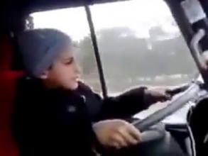 طفل يقود حافلة المدرسة بعد إصابة السائق
