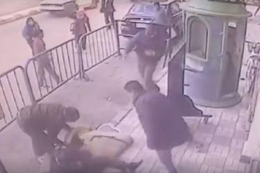 بالفيديو.. شرطي ينقذ طفلاً من موت محتم سقط عن شرفة منزله!