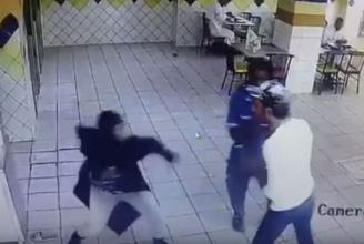 بالفيديو.. فتاة تهاجم شابا وتوجه له عدة لكمات في مطعم بجدة!