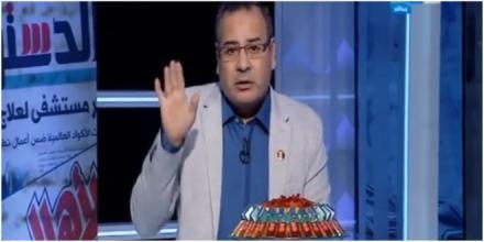 """الاعلامي المصري جابر القرموطي يوزع """"شيكولاته"""" احتفالا بإسقاط طائرة إسرائيلية على الهواء (فيديو)"""