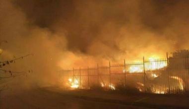 حريق بمخيم للمهاجرين في جزيرة يونانية... واشتباكات مع الشرطة