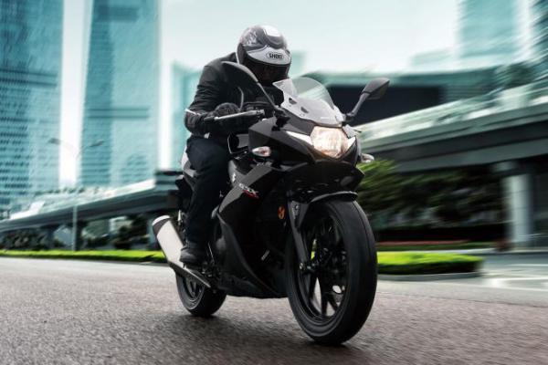 """شاهد.. الدراجة النارية """"سوزوكي GSX250R"""" لعام 2018.. القيادة الممتعة والموثوقية العالية"""