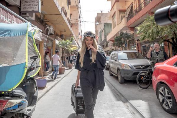 بالصور   مايا دياب تقصد الشارع لمساعدة المشردين.. شاهد ماذا فعلت؟