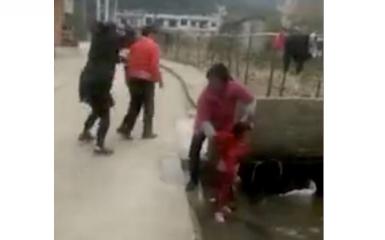 بالفيديو.. مشهد صادم لسيدة تلقي طفلاً في قناة الصرف الصحي