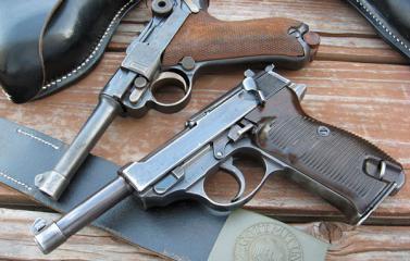 """أب يشتري لطفلته مسدسًا """"لتحمي"""" نفسها بالمدرسة"""