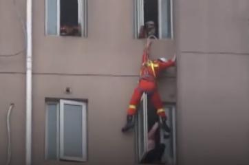 شاهد.. كيف أنقذ رجل إطفاء فتاة من الانتحار بطريقة بارعة؟!
