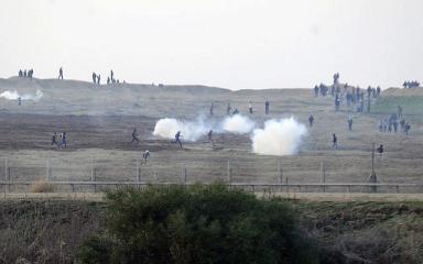 للمرة الأولى.. الاحتلال يستخدم الطائرات لتفريق المتظاهرين (فيديو)