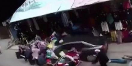 بالفيديو.. مصري يدهس بسيارته كل ما يقابله في شارع تجاري