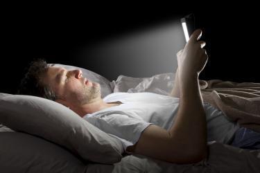 تحذير.. إغلاق الأجهزة الإلكترونية قبل النوم ينقذنا من أمراض قاتلة