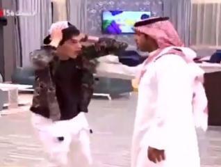 فيديو صادم - مذيع يبلغ شاب بوفاة والده على الهواء مباشرة.. فكيف كانت ردة فعله؟