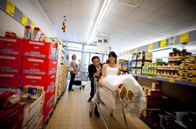 شاهد.. حفل زفاف في سوبر ماركت يفاجئ المتسوقين.. والسبب!