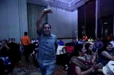 وفاة مفاجئة لرجل أعمال هندي خلال رقصه على مسرح (فيديو)