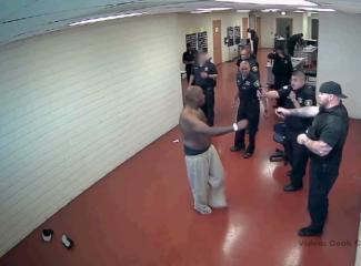 بالفيديو| مشاجرة بين سجين و10 حراس في سجن أمريكي .. لمن الغلبة؟