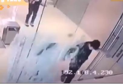 غير مدرك انه مغلق.. شاب يصطدم بقوة بباب زجاجي (فيديو)