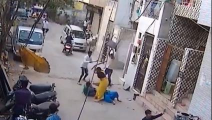 بالفيديو.. كلب شرس ينقض على طفل بوحشية