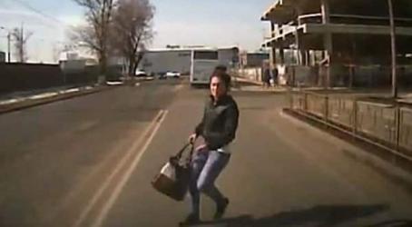 بالفيديو.. شابة روسية تصدم نفسها عمدًا بسيارة للحصول على تعويض