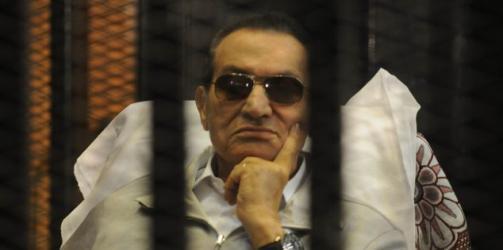 """حكم نهائي يُعفي حسني مبارك من التعويض في """"قتل المتظاهرين"""""""