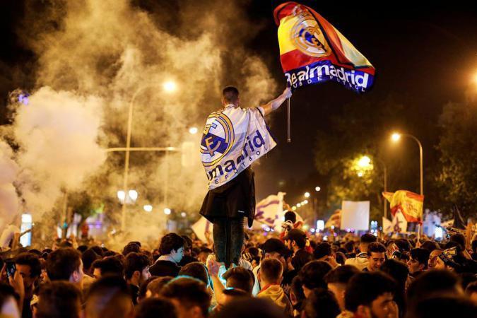 صور فرحة فريق ريال مدريد بتتويجه بطلاً عقب فوزه في النهائي على حساب ليفربول