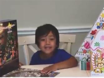 طفل يجني هذه الثروة خلال عام من اليوتيوب.. والأم تستقيل من عملها