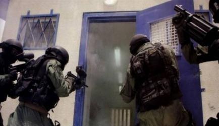 """الاحتلال يقمع أسرى سجن """"ايشل"""" ونقل عدد منهم للمستشفيات"""
