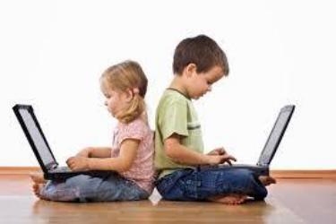 الأطفال الذين يقضون أكثر من 3 ساعات يومياً على الأجهزة الإلكترونية مما قد يؤخر النمو المعرفي