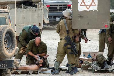 إصابة جندي إسرائيلي بجراح خطرة أثناء مداهمة منازل المواطنين بالضفة المحتلة