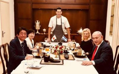 """نتنياهو يقدم العشاء بـ""""الأحذية"""" لرئيس الوزراء الياباني"""