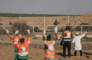 بالفيديو.. طاقم طبي جزائري يواجه القناصة الإسرائيليين