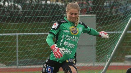 لاعبة كرة قدم سويدية تثير الجدل بعد اعتناقها الإسلام