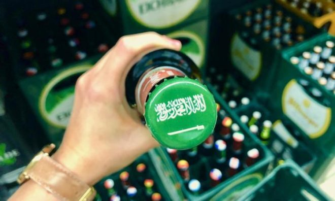 شركة ألمانية تعتذر عن وضع علم السعودية على غطاء مشروب كحولي (صور)