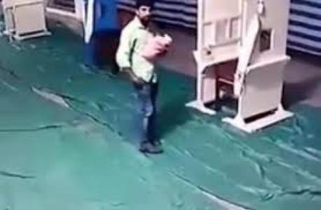 فيديو صادم.. شاهد كيف تخلص أب من مولوده الرضيع