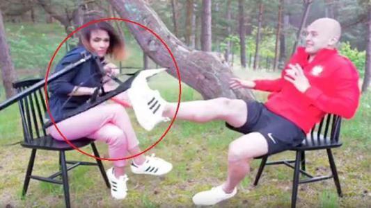 بالفيديو.. مدافع منتخب بولندا ينقذ صحفية من إصابة محققة