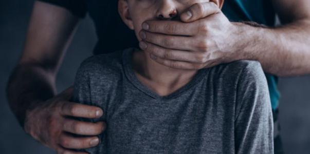 3 أشخاص يتناوبون على اغتصاب طفل في الكويت