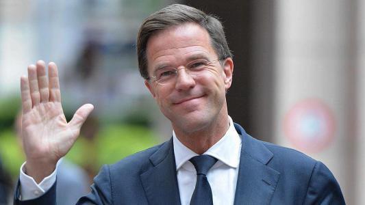 بالفيديو.. رئيس وزراء هولندا ينظف أرضية البرلمان بعد سقوط قهوته