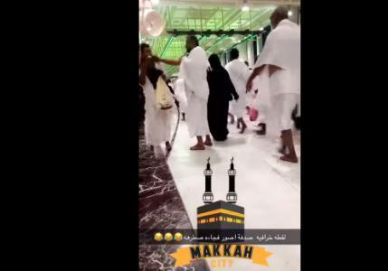 فيديو مثير للجدل.. معتمر يصفع شابا في الحرم المكي