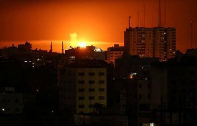 """قصف إسرائيلي على مواقع للمقاومة وسقوط صواريخ في مستوطنات """"غلاف غزة"""""""