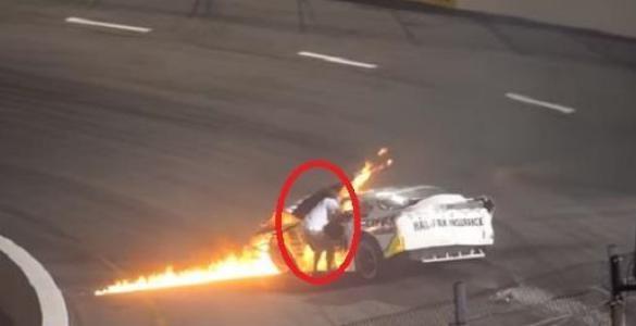 بالفيديو.. أب يهرع لإنقاذ ابنه بعد احتراق مركبته في سباق للسيارات
