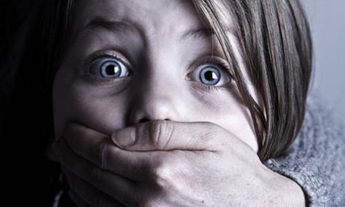 شاهد.. لحظة قيام رجل بإختطاف طفلة في السادسة ويقوم بإغتصابها ثم يهشم رأسها