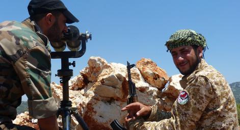 جندي سوري يدرب جندي روسي على الغناء باللهجة السورية