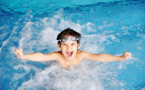 البحر أم حمام السباحة.. أيهما أكثر خطرًا على الأطفال في الصيف؟